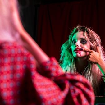 Женщина, одетая как облако, проверяя ее зубы