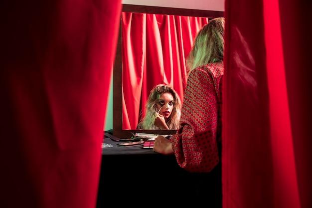 服を着た女性のカーテンの間に撮影