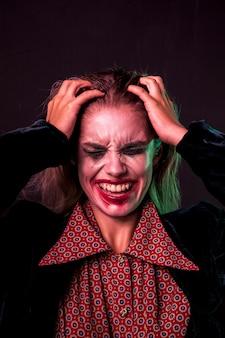 手で彼女の頭を保持している絶望的な女性