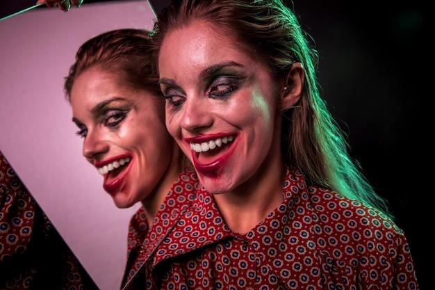 笑顔の女性の複数のミラー効果