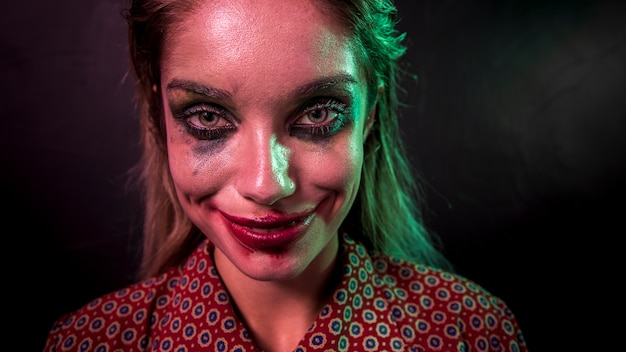 Портрет персонажа ужаса клоуна макияж, глядя на камеру