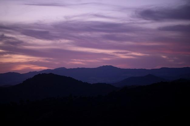 山とピンクの曇り空