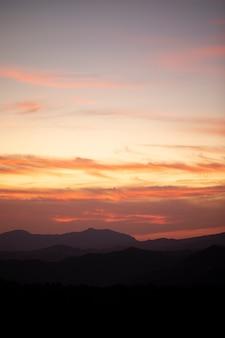 オレンジ色の空に無料の雲の背景を生成できます