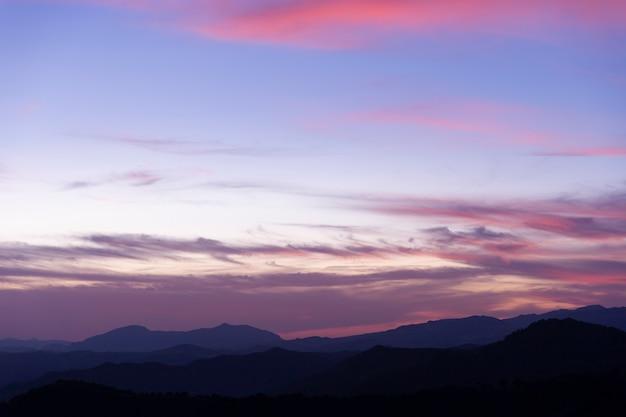紫の色合いの嵐曇り空
