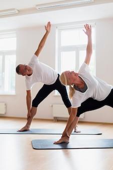 Взрослый мужчина и женщина тренируются вместе