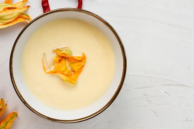 野菜スープの正面ボウル