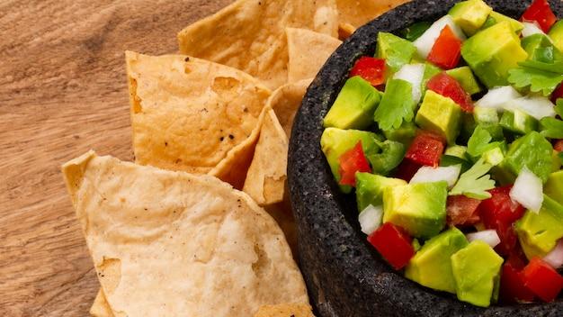 ナチョスとテーブルの上のメキシコのサラダ