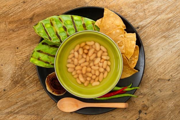 木製の背景を持つトップビューメキシコ料理