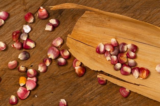 Крупный план красных зерен кукурузы на столе