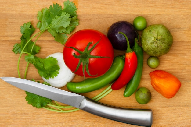 木製の背景を持つトップビュー野菜