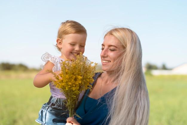 金髪の女性の小さな女の子の正面図