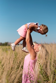 金髪の女性が小さな女の子と遊ぶ