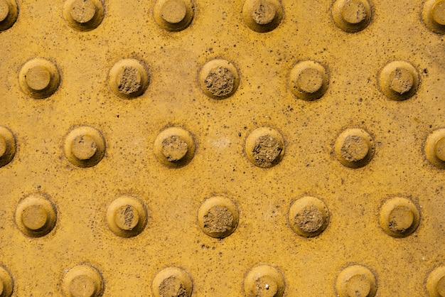 黄色の円のデザインとスレートの背景