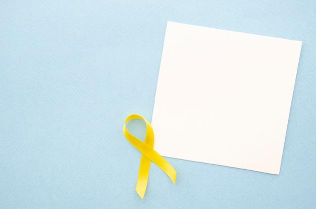 Вид сверху лист бумаги на синем фоне