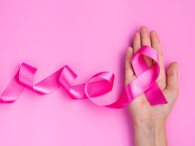 Макро розовая лента и рука