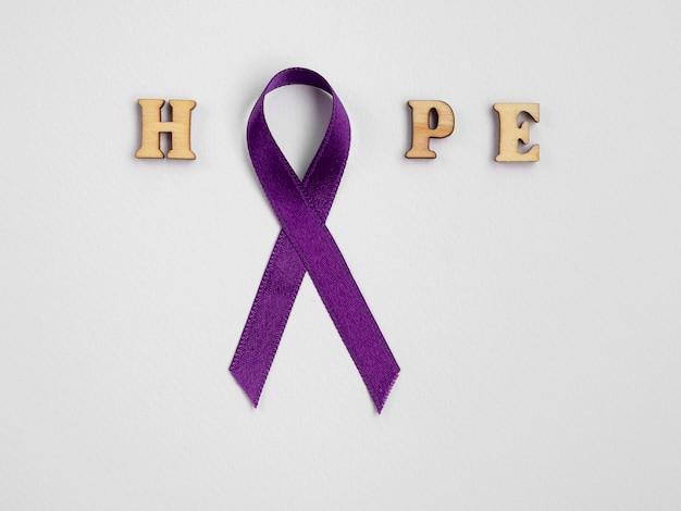Вид сверху фиолетовая лента с буквами