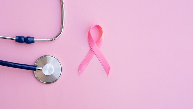 Вид сверху розовая лента со стетоскопом