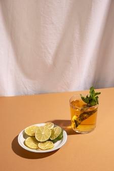 茶色の机の上のカクテルドリンクとレモンのスライス