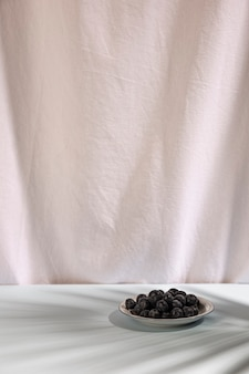 Свежие синие ягоды на тарелке