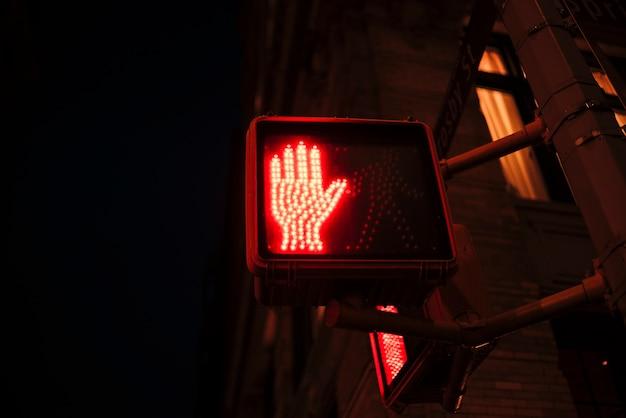 歩行者用の赤信号を停止する