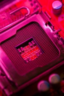 Материнская плата красного цвета с разъемом для процессора