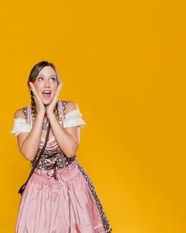 Праздничная женщина в баварском платье
