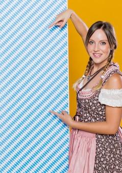 パターンを持つ美しいバイエルン女性