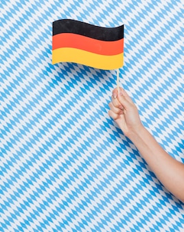 パターンの背景を持つドイツの旗