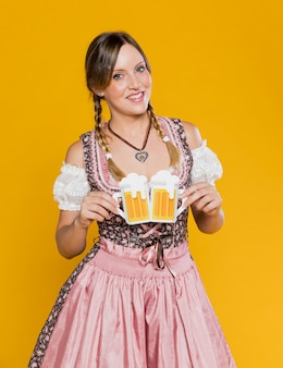 Молодая девушка держит бумажные кружки пива