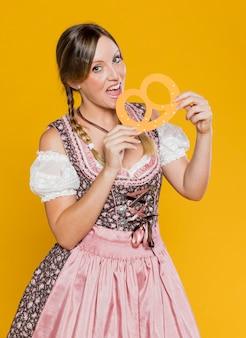 Женщина в праздничном костюме, вид спереди