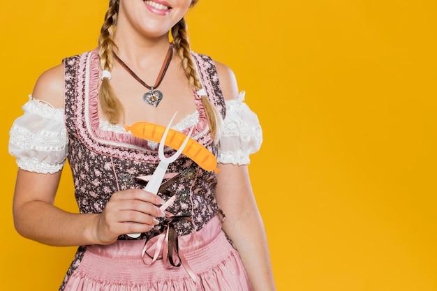 Октоберфест молодая девушка с пластиковой вилкой
