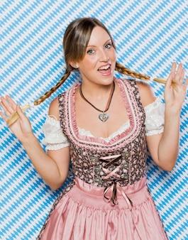 祭りの衣装で幸せな若い女の子