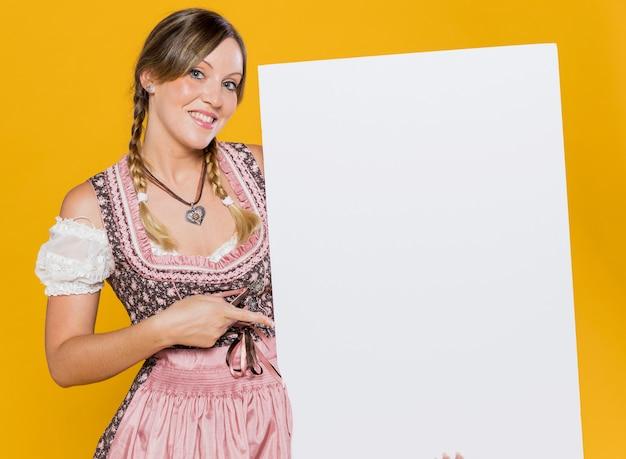 Привлекательная баварская женщина с макетом