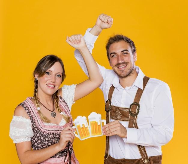 Молодые баварские друзья позируют