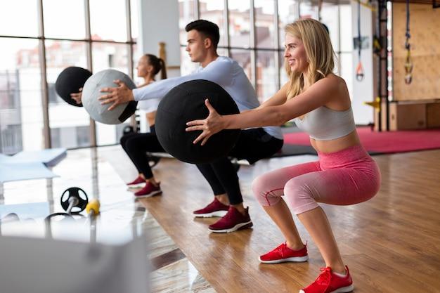 女性と男性のジムでトレーニング