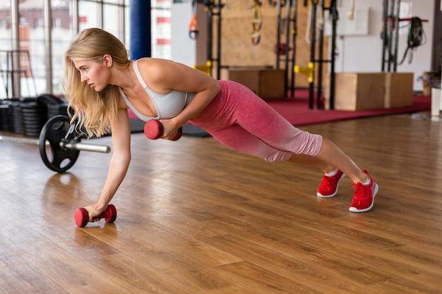 ピンクのレギンストレーニングを持つ女性