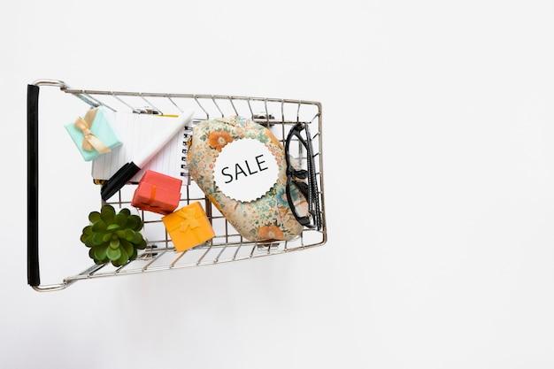 Вид сверху на разделочную тележку с наклейкой на продажу