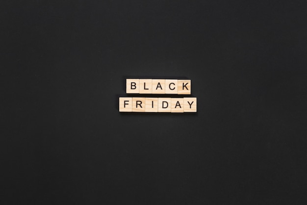 暗い背景に黒い金曜日文字キューブ