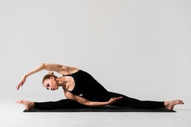 Полный выстрел женщины балерина поза