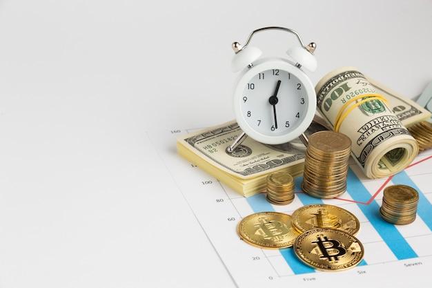 Будильник над денежным стеком