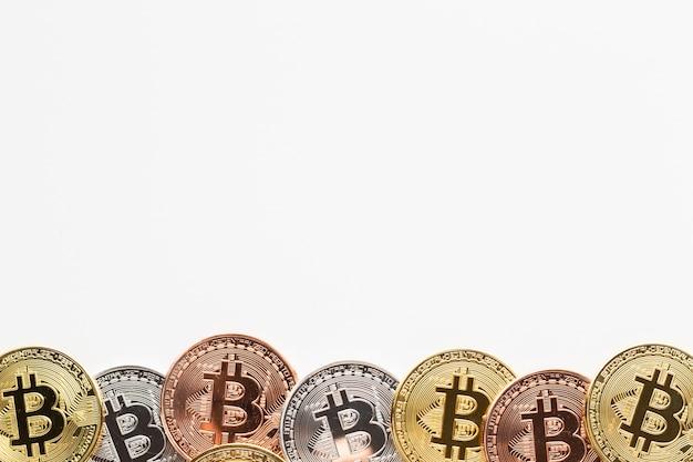 さまざまな色のフレームのビットコイン