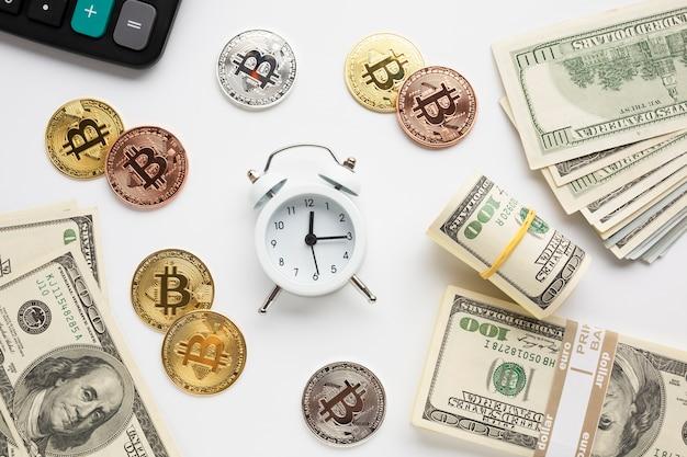 通貨に囲まれた目覚まし時計
