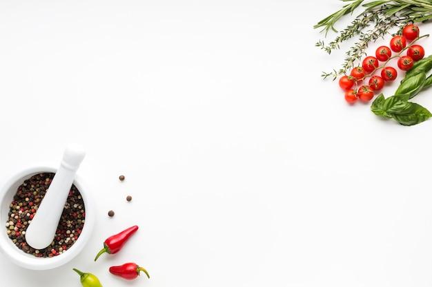 Вид сверху миску с приправами и овощами