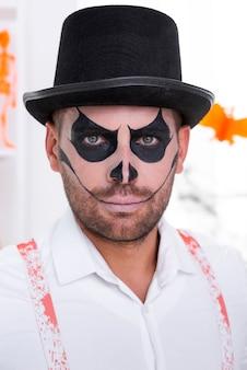 Крупным планом бородатый мужчина с шляпой хэллоуина