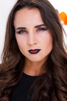 Красивая молодая женщина с макияжем