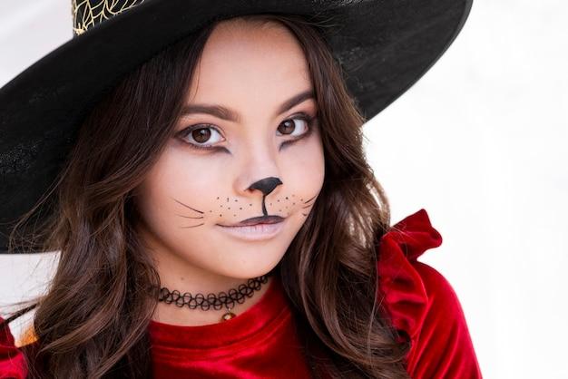 Симпатичная молодая девушка с хэллоуинским макияжем