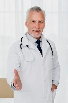 医者は彼の手を保持