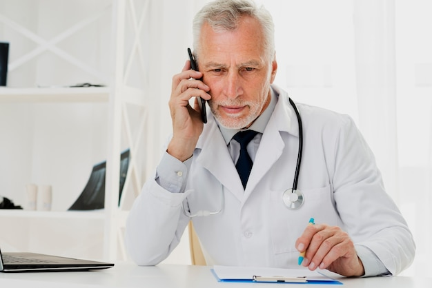 電話で話している医者
