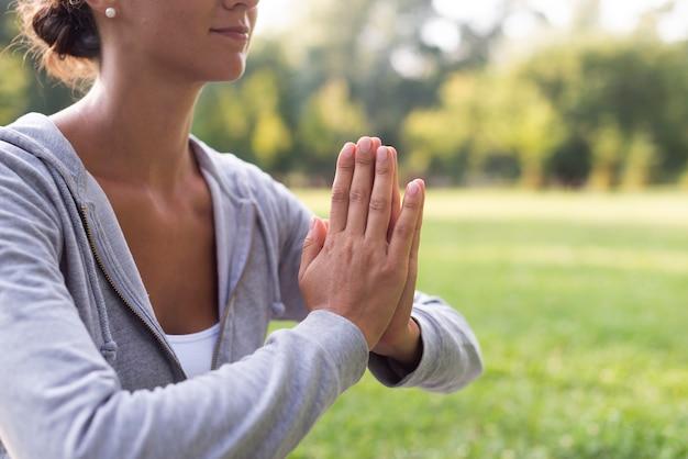 Крупным планом смайлик женщина медитации позы