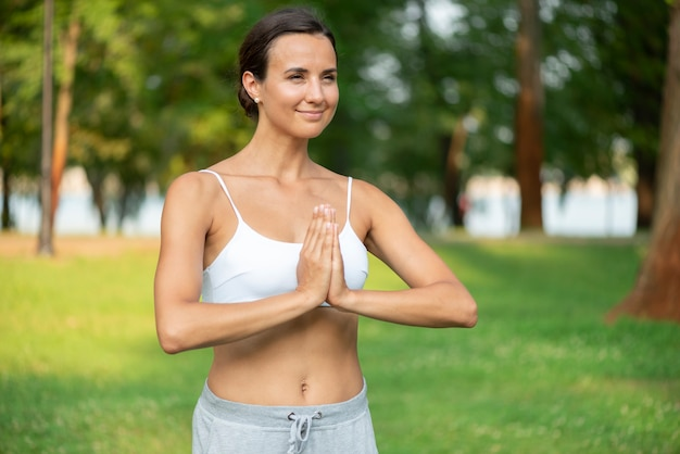 瞑想の腕のポーズでミディアムショットの女性